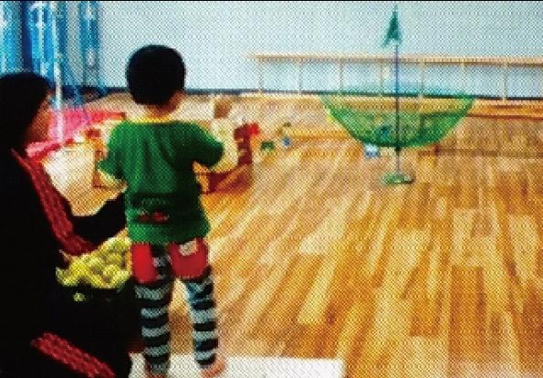 運動療育:ゴルフの傘にボール入れ